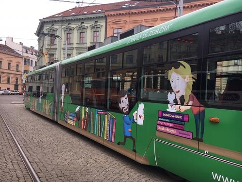 Pro Knihovnu Jiřího Mahena jsme zrealizovali čtenářský polep tramvaje
